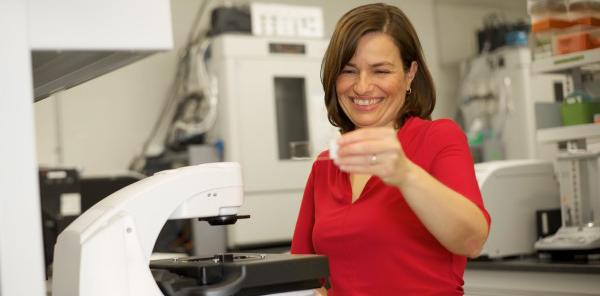 Eve Langelier dans un laboratoire