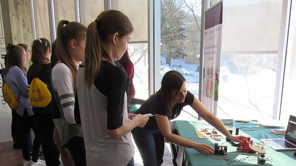 Eve Langelier fait la démonstration d'une main robotisée