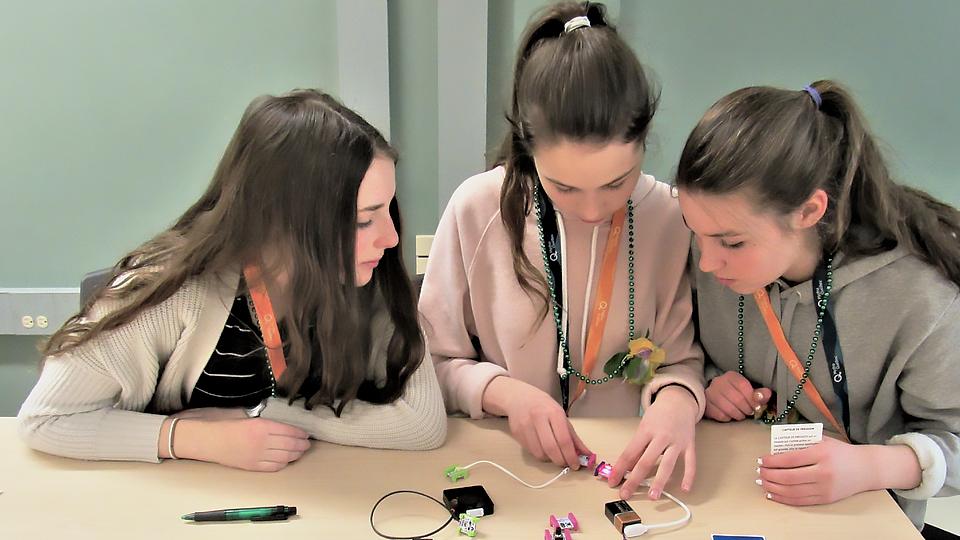 Des participantes en train de résoudre un défi avec les LittleBits